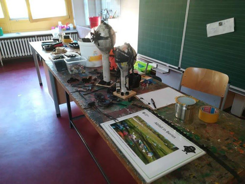 Upcycling Workshop                         in Neukoellner Grundschulen - Basteltisch im Klassenzimmer